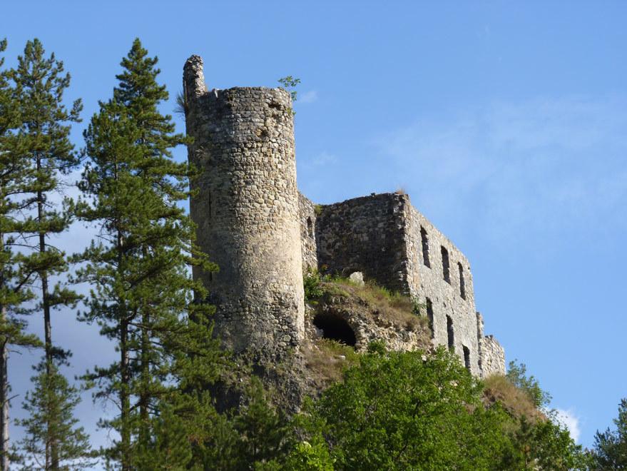 Château de la Reine Jeanne à Guillaumes sous un ciel bleu