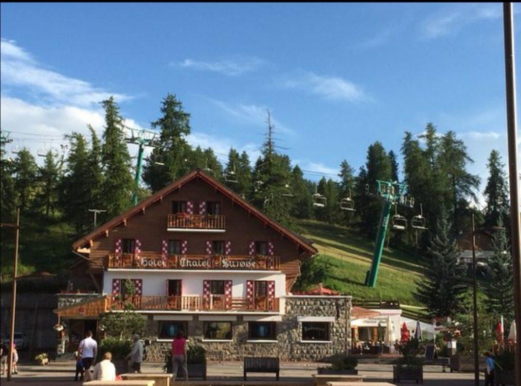 le chalet suisse sous un ciel bleu