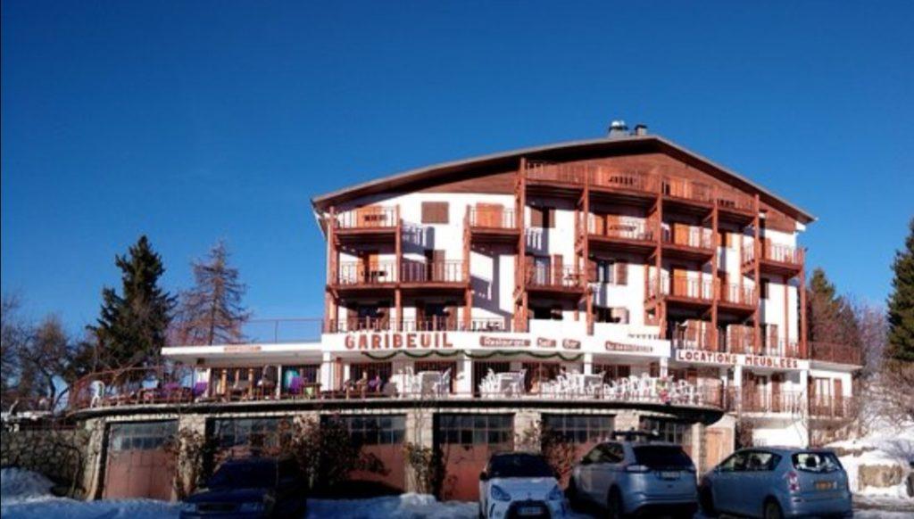 Vu de face du garibeuil sous un ciel bleu en hiver