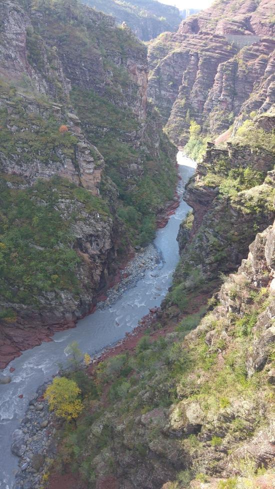 rivière dans les gorges de daluis