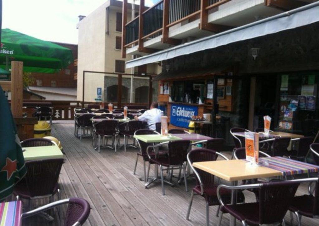 tables en terrasse des terrasses du soleil